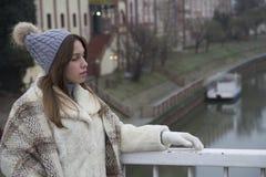 Härlig ung kvinna på bron Arkivbild