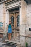 Härlig ung kvinna på bron av fred i dörr för tappning för Tbilisi, Georgia gammal stadstad Royaltyfria Bilder
