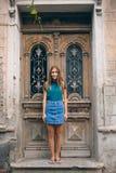 Härlig ung kvinna på bron av fred i dörr för tappning för Tbilisi, Georgia gammal stadstad Arkivbild