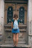 Härlig ung kvinna på bron av fred i dörr för tappning för Tbilisi, Georgia gammal stadstad Arkivfoton
