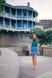 Härlig ung kvinna på bron av fred i Tbilisi, Georgia gammal stadstad Fotografering för Bildbyråer