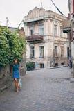Härlig ung kvinna på bron av fred i Tbilisi, Georgia gammal stadstad Royaltyfri Bild