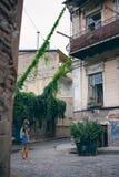 Härlig ung kvinna på bron av fred i Tbilisi, Georgia gammal stadstad Arkivbild
