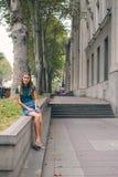 Härlig ung kvinna på bron av fred i Tbilisi, Georgia gammal stadstad Royaltyfri Foto