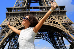 Härlig ung kvinna på Eiffeltorn Arkivfoton