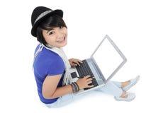 Härlig ung kvinna på en bärbar dator Royaltyfri Fotografi
