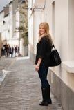 Härlig ung kvinna på gatan i Paris Fotografering för Bildbyråer