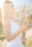 Härlig ung kvinna på lavanderfält - lavandaflicka Arkivfoto