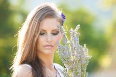 Härlig ung kvinna på lavanderfält - lavandaflicka Royaltyfria Bilder