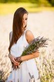 Härlig ung kvinna på lavanderfält - lavandaflicka Arkivbild