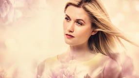 Härlig ung kvinna på rosa blom- bakgrund Royaltyfria Foton