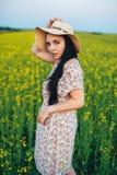 Härlig ung kvinna på solnedgången i fältet Fotografering för Bildbyråer