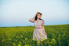 Härlig ung kvinna på solnedgången i fältet Royaltyfria Foton
