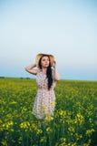 Härlig ung kvinna på solnedgången i fältet Royaltyfri Fotografi