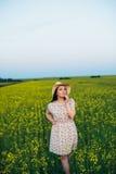 Härlig ung kvinna på solnedgången i fältet Arkivbilder