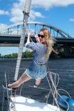 Härlig ung kvinna på yachter Härlig kvinna i västen, sommarsemester Lycklig ung kvinna nära havet Arkivbilder