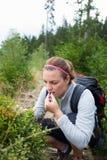Härlig ung kvinna som äter söta blåbär Royaltyfria Foton