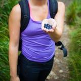 Härlig ung kvinna som äter söta blåbär Royaltyfri Fotografi