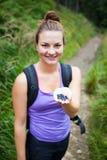 Härlig ung kvinna som äter söta blåbär Arkivfoton