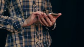 Härlig ung kvinna som använder den smarta telefonen med svart bakgrund - 1 Arkivbild