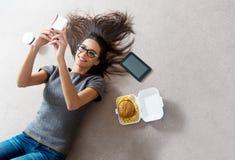 Härlig ung kvinna som använder en mobiltelefon Royaltyfri Fotografi