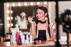 Härlig ung kvinna som applicerar skönhetsmedel på framsida arkivfoton