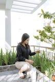 Härlig ung kvinna som arbeta i trädgården utanför i sommarnatur royaltyfri bild