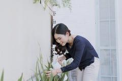 Härlig ung kvinna som arbeta i trädgården utanför i sommarnatur arkivbilder