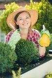 Härlig ung kvinna som arbeta i trädgården utanför i sommarnatur arkivbild