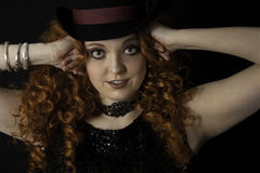 Härlig ung kvinna som bär den bästa hatten Arkivfoto