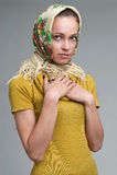 Härlig ung kvinna som bär en sjalett Royaltyfri Fotografi