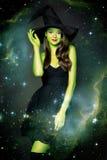 Härlig ung kvinna som den halloween häxan royaltyfri fotografi