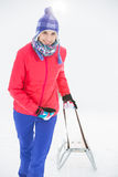 Härlig ung kvinna som drar släden fotografering för bildbyråer