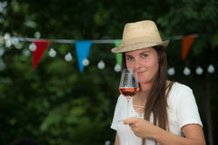 Härlig ung kvinna som dricker Rose Wine Royaltyfria Foton