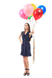 Härlig ung kvinna som erbjuder färgrika ballonger Arkivfoto
