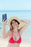 Härlig ung kvinna som fotograferar sig Fotografering för Bildbyråer