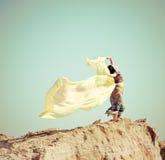 Ung kvinna som går i en öken Royaltyfria Foton