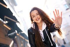 Härlig ung kvinna som går staden som har gyckel royaltyfri foto