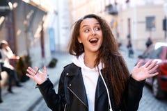 Härlig ung kvinna som går staden som har gyckel royaltyfri fotografi