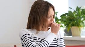 Härlig ung kvinna som gör en gest hosta som hostar arkivfoto