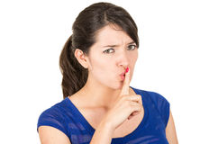Härlig ung kvinna som gör en gest tystnad shhh med Arkivfoton