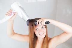 Härlig ung kvinna som gör frisyren Arkivfoton