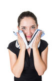 Härlig ung kvinna som gör ren hennes framsida med a Arkivfoton