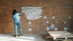 Härlig ung kvinna som gör väggmålning stock video