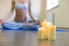 Härlig ung kvinna som gör yogaövning fotografering för bildbyråer