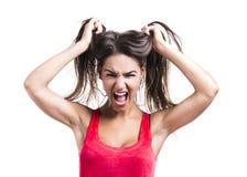 Kvinna som griper henne hår arkivfoton