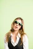 Backgroun för gräsplan för definition för kick för rolig kvinnastående verkligt folk royaltyfri bild