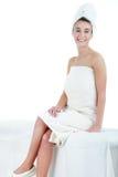 Härlig ung kvinna som har en massage i en brunnsort Arkivfoto