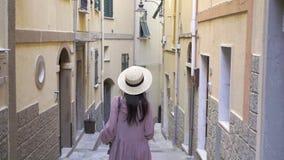 Härlig ung kvinna som har gyckel under ferier i Cinque Terre Ung caucasian turist som in går på den gamla gatan stock video