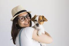 Härlig ung kvinna som hemma spelar med hennes lilla gulliga hund Livsstilstående Älska för djurbegrepp Vit bakgrund arkivbild
